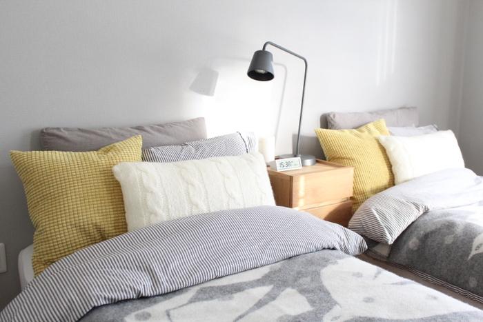 睡眠時にリラックスした姿勢を保つには、枕選びも重要です。仰向き寝の場合「アゴが約5度下向きになる」、横向き寝の場合「頭から背中にかけての背骨がまっすぐ」というのを目安にするといいですよ。