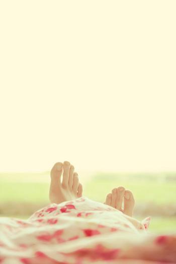 下半身の血行促進を良くし、むくみを取る、寝たままできるストレッチ。かかとを少し高い位置に置き、ぐ~っと突き出します。全身を伸ばした後に追加で行うといいですね。