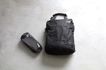 折りたたんでコンパクトに持ち運べるサブバッグも便利。引き出物やお花など、帰るときに荷物が増えても心配いりません。