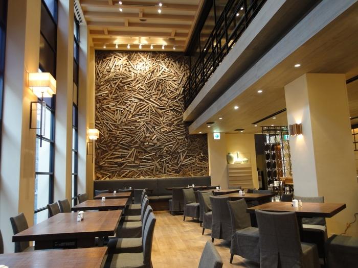 開放感のある吹き抜け。朝ごはんは、九州の食材を贅沢に使ったビュフェを楽しむことができます。レストランも完備されているので、食事だけを楽しむのもおすすめです。