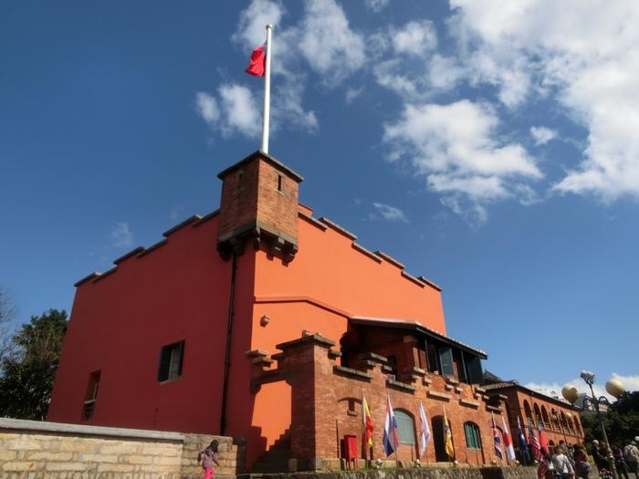 続いて、淡水のシンボルと呼ばれている『紅毛城』も観光しましょう。スペイン人の手によって、1929年の大昔に建設された歴史ある建物です。もともと灰色の建物だったそうですが、スペイン人を駆逐したオランダによる統治が始まったことで、台湾人が「オランダ(紅毛)人の城」と呼ぶようになり赤く染められたそうです。城内は歴史博物館のようになっていて、淡水と紅毛城の歴史を知ることができます。