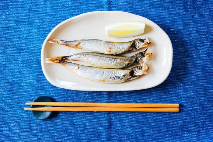 ししゃもは北海道の太平洋沿岸という一部の地域で獲れる魚。 一尾丸ごと食べられるししゃもは小さくても栄養満点で、カルシウムやビタミンD、ビタミンB2、ビタミンE、さらにはたんぱく質やマグネシウムまで豊富に含まれています。