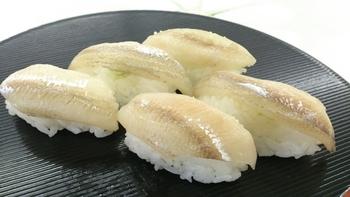カラフトししゃもは1年中店頭に並んでいますが、本ししゃもが出回るのは旬の10~12月のみ。旬の時期、名産地である北海道のむかわ町では生のししゃもを使った「ししゃも寿司」を味わうこともできますよ。