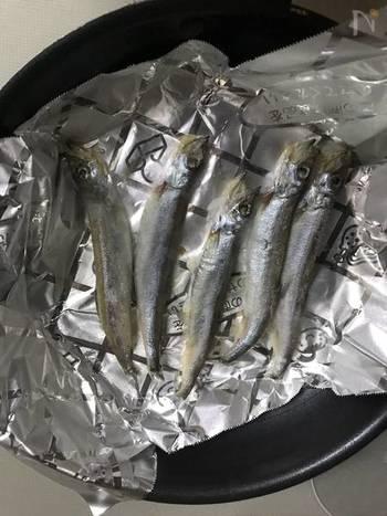 1.くっつくのを防止するために魚焼き用のホイルシートを敷き、ししゃもを乗せ中弱火で焼きます。 2. ししゃもから水分が出てきてフツフツとなってきたら裏返して同じように焼いたら完成です。焼き時間の目安は、片面5分ほどです。