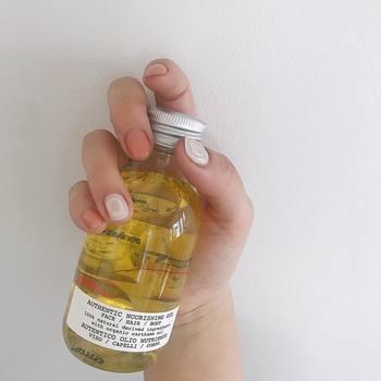 顔の美容オイルは基本的に夜のスキンケアの最後に使用すると良いでしょう。  洗顔→化粧水→乳液→【美容オイル】  の順番でオイルを取り入れるのがおすすめ。寝ている間にオイルが肌へと浸透し潤いある肌へと導いてくれます。