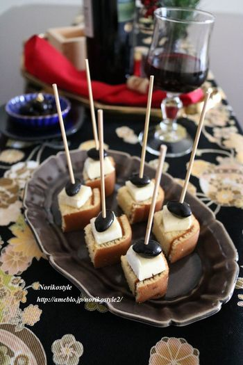 市販のカステラとチーズ、そして黒豆を使ったおつまみです。串で取り分けが簡単なのもうれしい。お正月に黒豆が余ったら、ぜひ作ってみてはいかがでしょうか。