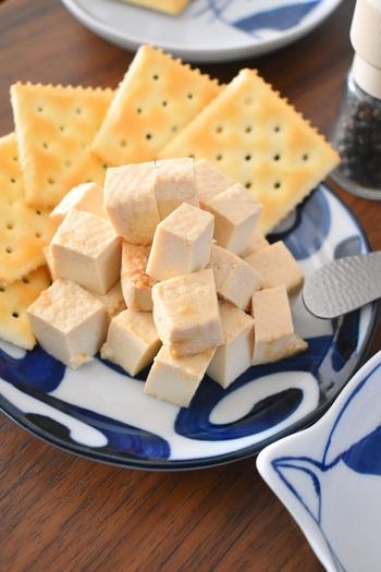 まるでフレッシュチーズのような味わいになる、豆腐の味噌漬け。クラッカーにのせて食べればオシャレなカナッペに♪さまざまな食べ方もあり重宝しそう。