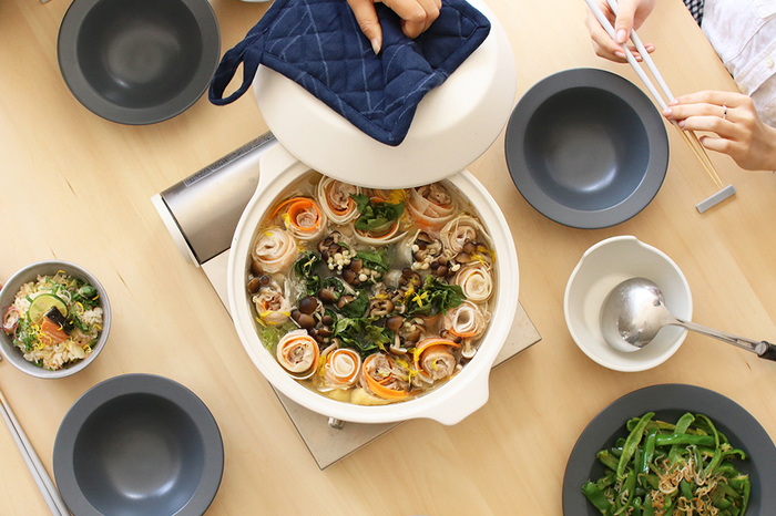 """いよいよ寒い季節の到来です。 冷えた体をポカポカあたためてくれる「鍋」は、心までも""""ほっこり""""癒してくれる、冬にぴったりの嬉しいメニュー。 野菜を切って、キノコやお好みの具材をたっぷり入れて、熱々を…。 例えば、冷蔵庫に今ある食材を使ったり、少ない材料でもパパっと作れて、サマになるところも「鍋」の魅力です。これからのシーズンはクリスマスやお正月など、笑顔が集まるイベントシーンにもおすすめですよ♪"""