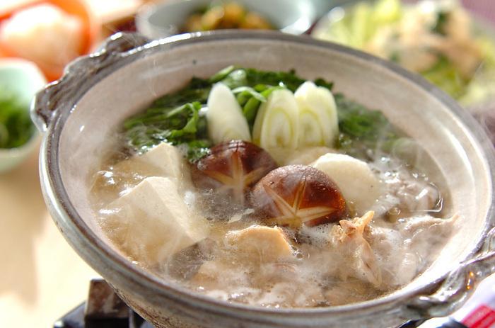 """「鍋」と言ったらはずせないのが、""""水炊き""""。さっぱりとしたシンプルな味わいは、家族みんなで楽しめます。 鶏肉を使った水炊きは、コラーゲンもたっぷり!お鍋の〆には、ご飯を入れて雑炊に!鶏のうまみがたっぷりと溶け込み、最後まで大満足の美味しさです♪"""