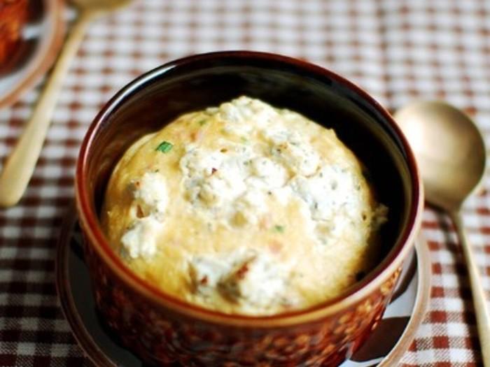 出来立ての熱々でも冷めても、どちらでもおいしくできる豆腐のスフレのレシピです。熱々はふわふわで、冷めたらキッシュのような食感になり、ふたつの楽しみ方ができますよ♪