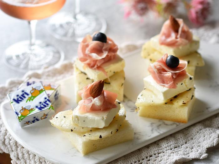 パクッと一口つまみたくなる、かわいらしいオープンサンド。アールグレイ風味の桃と、なめからなクリームチーズのハーモニーをお楽しみください。