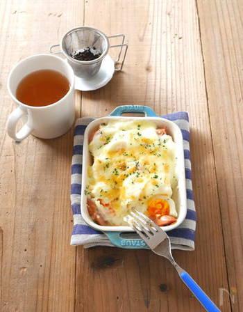 お手軽なのに、ごちそう感いっぱい! パンにじゅわっと染み込んだホワイトソースが絶品のパングラタン。寒い日に作りたいほめられレシピ。