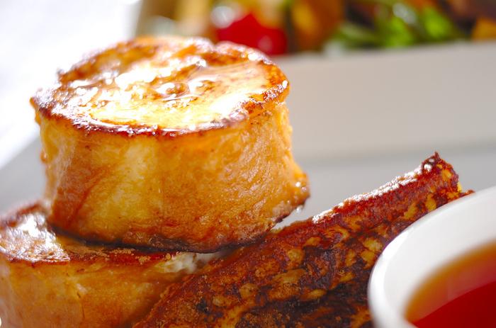 フレンチトーストは、パサパサになりやすい冷凍パンにぴったりなレシピ。冷凍したまま卵液に浸しておけば、あとは焼くだけで美味しいフレンチトーストのできあがり。夜寝る前に仕込んで、翌日おしゃれな朝食を楽しんでみてはいかがでしょう。