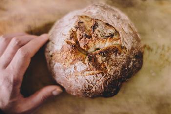 冷凍パンは、空気に触れないように冷凍するのがコツ。冷凍すると食品の酸化を防げるので、できるだけ早めに冷凍した方が美味しさを保てます。