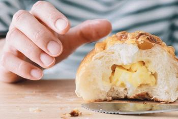 冷凍パンの解凍(リベイク)方法は、パンの種類やどんな食感に仕上げたいかによって変えると、失敗しません。