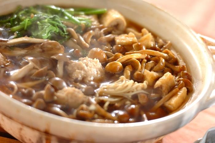 しょう油ベースのつゆとキノコの相性が抜群!キノコ好きの人にはたまらないお鍋です。 キノコのシャキシャキっとした食感を楽しみながら、熱々を召し上がれ…。キノコはお好みのものをたっぷりと入れるのがおすすめです。