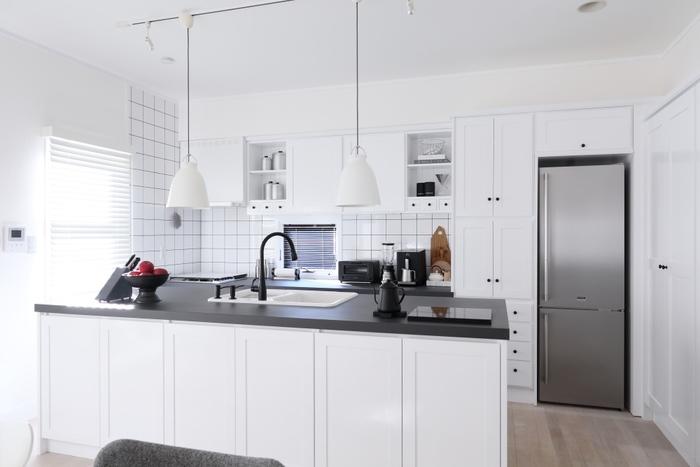 ついついものを置きがちになってしまうキッチンカウンターですが、みなさんの家ではいかがですか? たくさんものが置いてあると掃除しづらいですし、作業スペースも少なくなってしまいます。散らかっていると料理の効率も悪くなり、精神的にもイライラしてしまうのはもったいないですよね。
