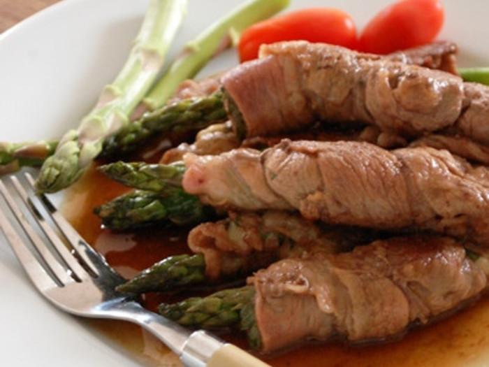 牛肉でアスパラを巻く菜に、チーズと紫蘇もはさみます。アスパラの食感とチーズのコクを堪能できるお肉のレシピです。赤ワインといっしょにどうぞ。