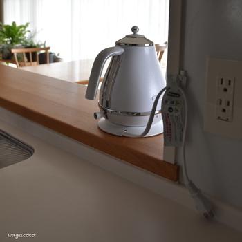 邪魔になりがちな家電製品のコードは、100均の粘着フックに引っ掛ければすっきり収納できます。キッチンカウンターになにも置いてないと拭き掃除もしやすいので、めんどくささも軽減されますね。