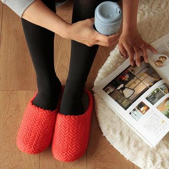 こちらは、インソールとアウトソールが選べるので自分の好みにフィットした一足をチョイスできます。温かい素材だけでなく、元気の出る明るい色を選ぶ事で、寝起きのテンションを上げてみませんか?