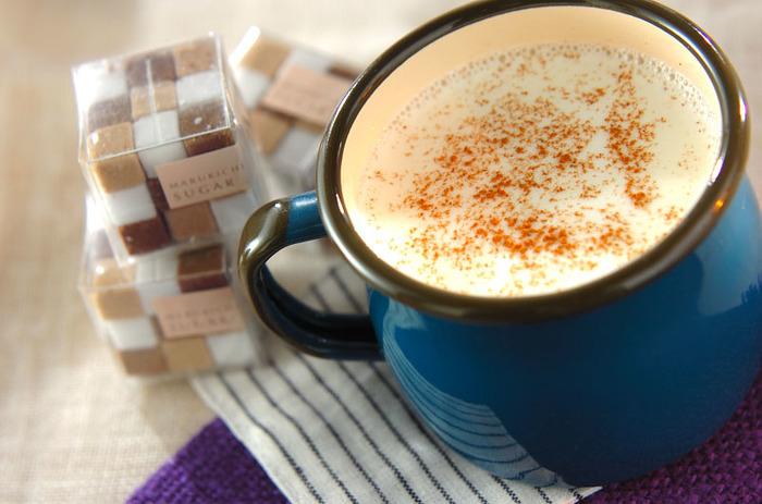 ホットミルクは、牛乳に含まれる成分が寝付きや翌朝の目覚めを良くする効果が期待でき、また温かい物を飲む事で入眠しやすい条件を作る事ができます。体を温めるシナモンを加えると、ミルクの香りが苦手の人にも飲みやすくなります。