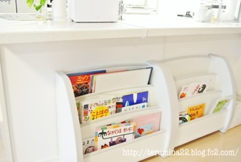キッチンカウンター下に本棚を置けば、小さな子どものキッズスペースになります。子ども用の本棚は背が低いので、カウンター下にちょうど収まるサイズ。絵本の収納場所に困ったら参考にしてみてくださいね。