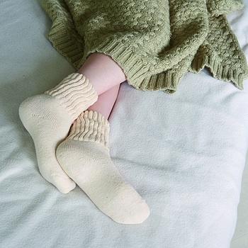 頑固な冷えで、お風呂に入っても布団の中でも足がひんやりしてしまう場合は「おやすみソックス」をどうぞ。綿素材なら就寝時の汗も吸い取ってくれます。
