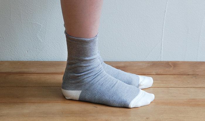 オーガニックコットンとシルクの混紡という肌に心地よい素材を組み合わせたソックスもおすすめ。締め付けがないいリラックスな履き心地です。
