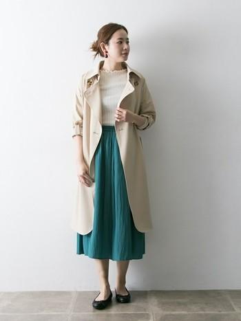 ガーリーなコーデにもトレンチコートは最適!きちんと感をキープしつつ、きれい色スカートで爽やかな印象に。