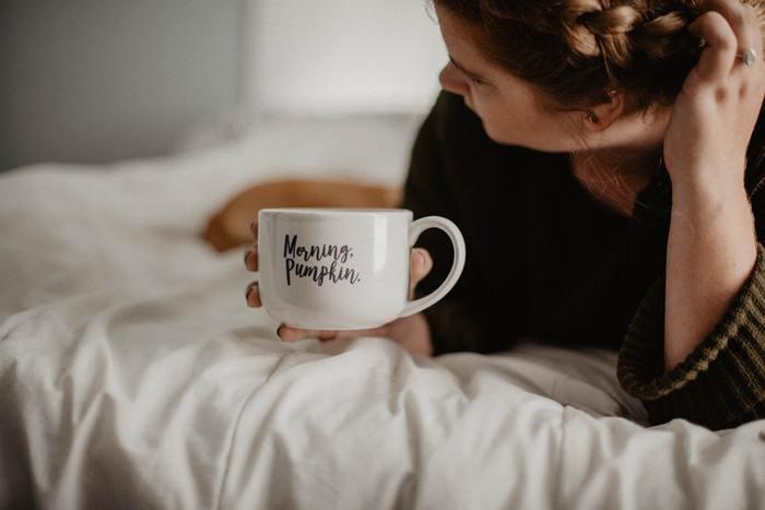 人間は体温が上がる事でスムーズに目覚める事ができます。寒い朝などはマグボトルなどの保温容器に、白湯を入れておき、寝起きに少しずつ飲むとお腹の中からじんわりと温まるので、体がスムーズに目覚める事ができます。