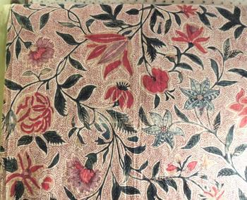 フランスにインド更紗が伝えられたのは、17世紀後半。当時はシルク、ウール、麻などの織物が主流であり、それが伝統産業となっていました。綿の原料となる綿花の栽培に力を入れてこなかったフランスでしたが、着心地がよく洗濯しやすい木綿のインド更紗が、国民を魅了し、急激に人気を高めていくこととなります。  植物をモチーフとした細やかなデザインも、織物ではなく染物だからこそ大量生産が可能に。