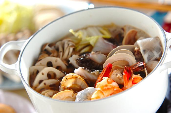 エビ、ホタテ、イカ、タラ、ハマグリ、海鮮がたっぷり入ったお鍋は、贅沢感も味わえて魚介のうまみたっぷり! ダシのきいたスープも一緒に楽しみながら、最後はご飯を入れて雑炊にしても美味しく楽しめます。