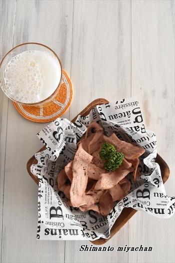 ピーラーで魚肉ソーセージを薄くスライスしたら、塩胡椒をふりかけてレンジで加熱するだけ。たったこれだけで、ビールが進むおいしいおつまみが完成します!1度試してみたくなるようなレシピです。マヨネーズやソースにつけてもおいしそう。