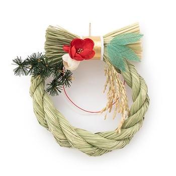 """クリスマスが終わった25日以降に飾る方が多いようです。しかし、飾る日には注意が必要。29日は""""9=苦""""のイメージがあるため縁起が悪く、また31日の大晦日では一夜飾りとなるので歳神様に失礼になるので避けた方が良いです。"""