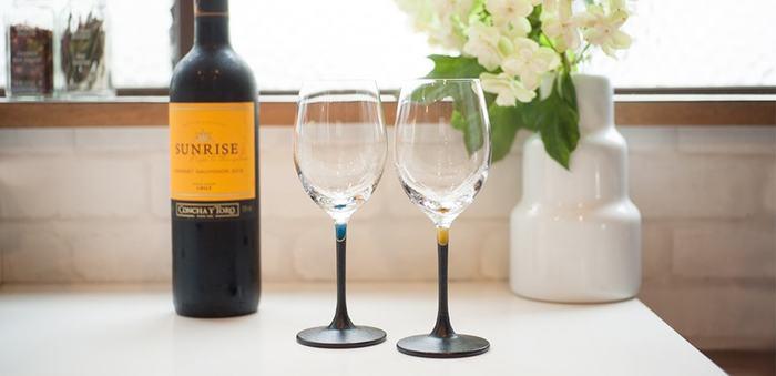艶やかなガラスと、漆の深い色合いが見る者の心を奪うワイングラス。「うるしのWINE GLASS」の「色漆シリーズ」は、赤・黄・緑・紫・青の5色展開、どの色も宝石のように光り輝き、上品さが心くすぐる逸品です。