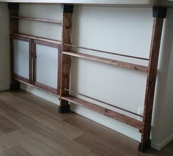 2×4(ツーバイフォー)材とディアウォールを使えば、カウンターと床の間に薄い棚を作ることができます。既製品にないぴったりサイズが欲しい人はDIYしてみるのもいいですね。