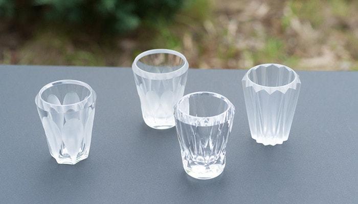 澄み切ったガラスの透明感とカットの見せる表情が、高級感あふれるショットグラス。水晶のように厚く、透明度の高いクリスタルガラスを使用しています。お酒を注いだ際に、グラスまで水面のように輝く様は、まさに一級品。