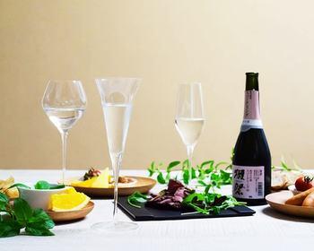 もっと可愛くおしゃれに日本酒を飲みたい方におすすめなのがワイヤードビーンズの「生涯を添い遂げるグラス SAKEグラス」。近年人気の炭酸入の日本酒にもとてもあいます。