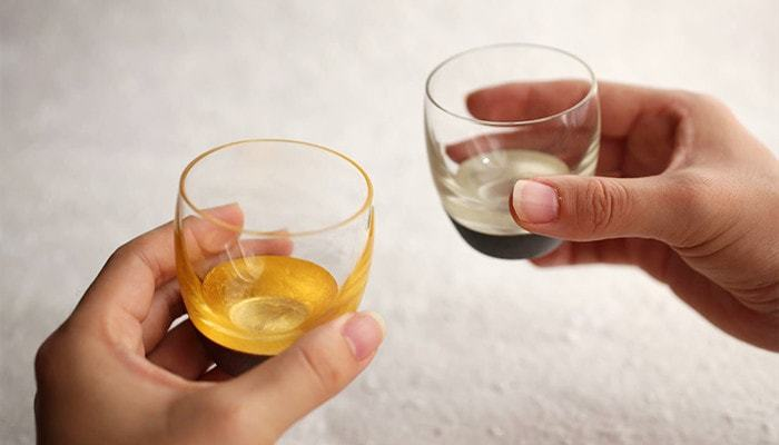漆・金箔・ガラスの3つの贅沢な素材から作られている、とびきり豪華でおしゃれなグラスです。丸みを帯びた優しいフォルムに、マット仕上げの漆と、ガラスのツヤ、箔の輝きが引き立ち和モダンな印象に。お酒が美味しくならないわけがないグラスに仕上がっています。