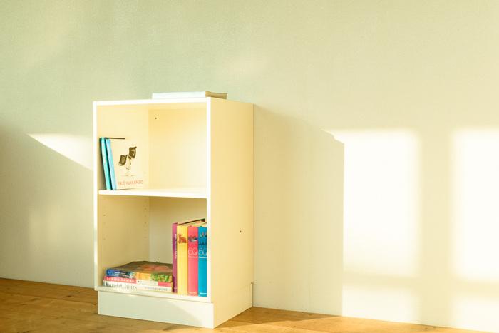 キッチンカウンター下にぴったりサイズのビンテージキャビネット。引き戸や開き戸もいいですが、ダイニングテーブルとの距離がない時は出しやすいよう、オープンラックを選ぶと出し入れしやすいですよ。
