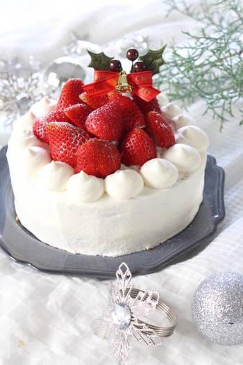 日本のクリスマスケーキの定番といえば「いちごのショートケーキ」。真っ白のクリームに赤いいちごをトッピング。生クリームと、いちごのフレッシュ感をシンプルに楽しめる大人のケーキです。