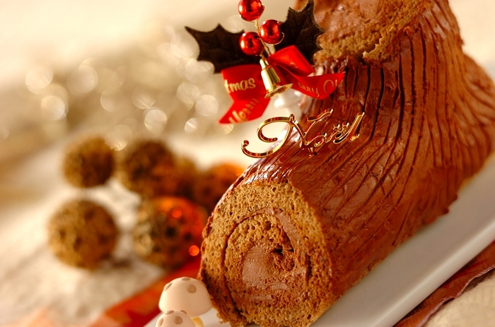 フランス語でブッシュ(ビュッシュ)は「木や丸太」、ノエルは「クリスマス」=「クリスマスの木(丸太)」という意味をもつ、ブッシュ・ド・ノエル(ビッシュ・ド・ノエル)。こちらは、ココアパウダーを加えたスポンジ生地と、チョコレートクリームで作る本格レシピ。