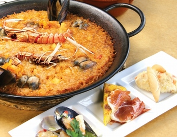 本場スペイン米の一粒一粒に、魚介の旨みがぎゅっとつまったパエジャは特に大人気のメニュー。注文をしてから提供まで40分ほどかかりますが、その分、味はお墨付き。パエジャランチなら、お得に楽しめますよ。