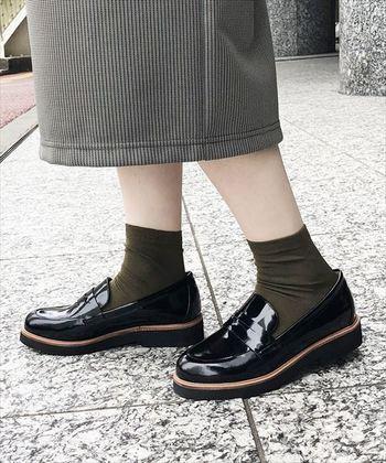 厚底ローファーは、スタイルアップが叶うすぐれもの! ソールのボリューム感でカジュアルにもキレイめにも履きこなせます。 ロング丈やクロップド丈のボトムとも相性が良いですが、靴下と合わせてみるのもかわいらしくおすすめ。