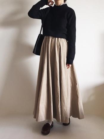 広がりのあるロングフレアスカートを、ローファーで引き締めて。  素材や丈によっては、ショートブーツでは重たくなり過ぎてしてまうことも。ローファーであれば、軽やかな色のソックスと合わせて、抜け感をつくることができます。
