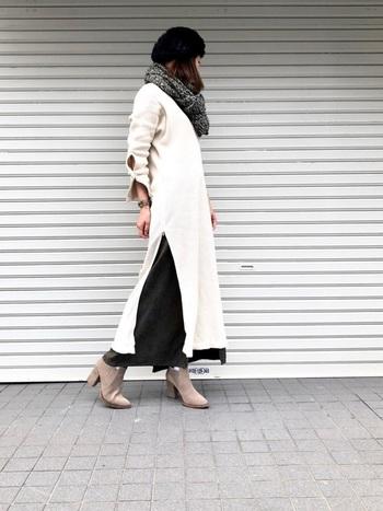 こちらは、より深いサイドスリットの、ロング丈ワンピース。 歩くたびに裾が揺れ、スリットの間から見えるスカートがいろんな表情を見せてくれます。  ボトムスもロング丈にして、足を長めに見せて◎