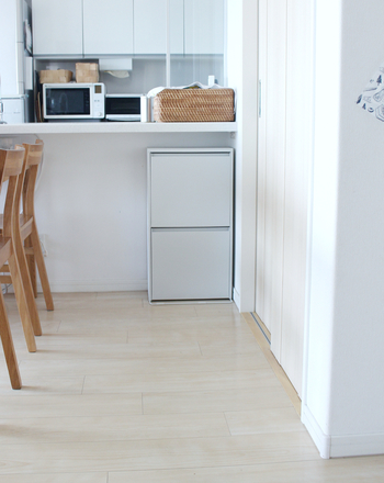 ダイニング側のカウンター下はデッドスペースになりがちですよね。カウンターの奥行きに合った収納棚を置けば、すっきり収まってくれます。ダイニングテーブルについつい置きっ放し・出しっぱなしにしてしまうものを入れるのにも便利です。
