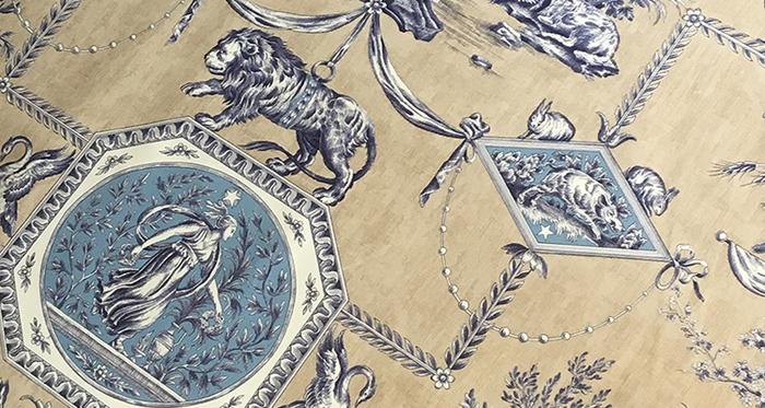 神話や文学など、物語の世界も、デザインのモチーフに。想像が膨らみますね。  こちらは、狩りをする月の女神・ディアンヌ(ダイアナ)が活躍する、ギリシア神話がモチーフとなっています。ライオンや白鳥やフクロウ、ウサギなど、様々な動物と描かれるのが特徴的で、美しい紋章のデザインに落とし込まれています。