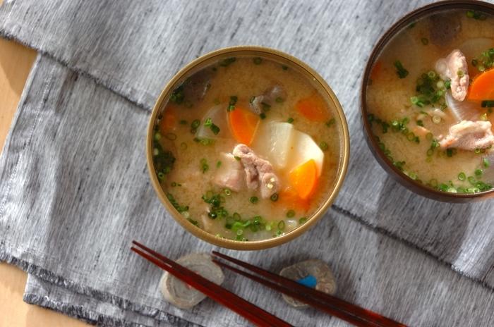 「飲む点滴」「飲む美容液」などと形容される甘酒。今も人気継続中ですが、豚汁の具材を煮込む際に甘酒を入れるレシピもおすすめです。 甘酒の麹菌には栄養の消化吸収を助けてくれる働きがあるので、胃腸にも優しく体温まるまろやかな味わいに仕上がります。