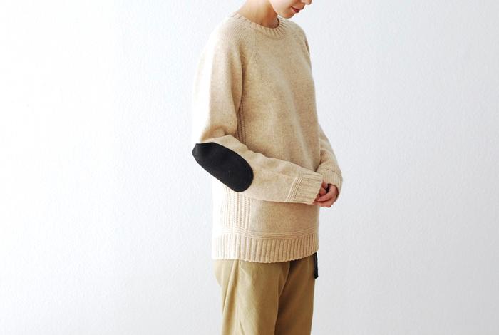 ユニセックスなクルーネックデザイン、温かみのあるウール素材、そして、エルボーパッチがアクセントのニットセーター。女性にはやや大きめかなというちょっと武骨なエルボーパッチ。ボーイッシュな魅力ある女性にぴったりです。